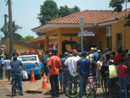 Acidente com mortes em curtume gera aglomeração em frente a hospital