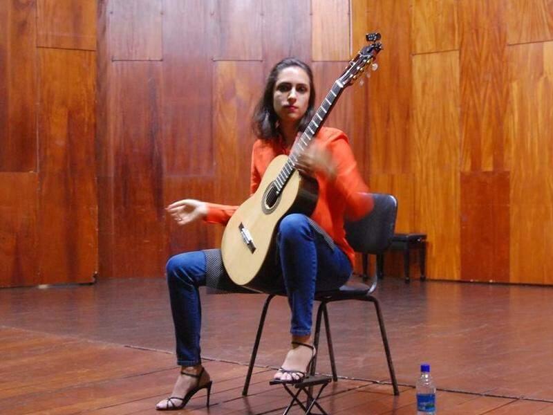 Mayara em apresentação de música. (Foto: Reprodução/ facebook)
