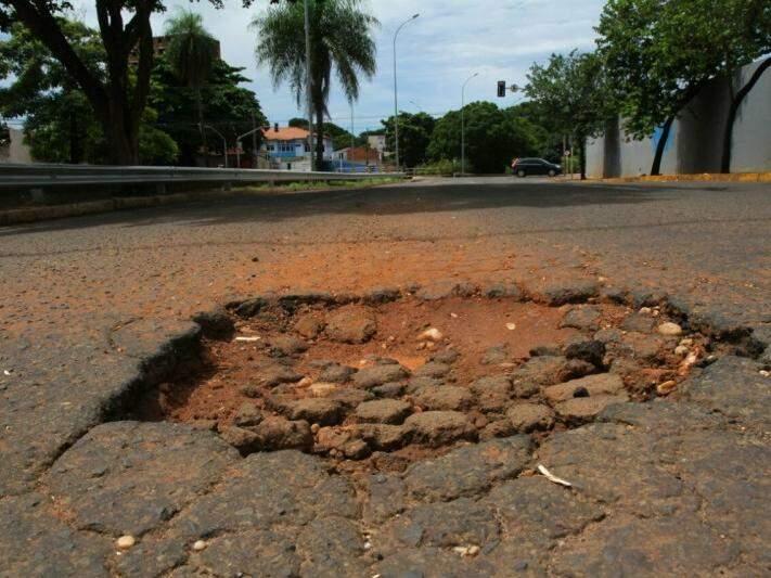 """Buraco na Avenida Ernesto Geisel, entre a Afonso Pena e a Rua João Rosa Pires, pode ter causado """"fechada"""" que resultou na morte de empresário. (Foto: Alcides Neto)"""