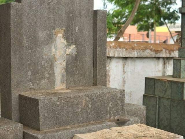 Cruz de bronze furtada de túmulo no Cemitério Santo Antônio (Foto: Alcides Neto)
