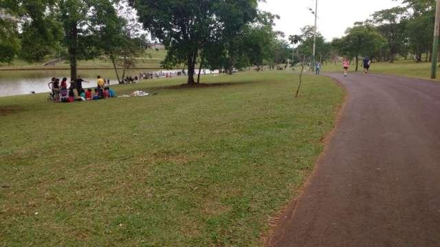 Famílias aproveitam feriado no parque, mas pedem atenção dos condutores