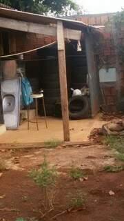 os pneus jogados deixam vizinha preocupada com a situação da borracharia. (Foto: Direto das Ruas)