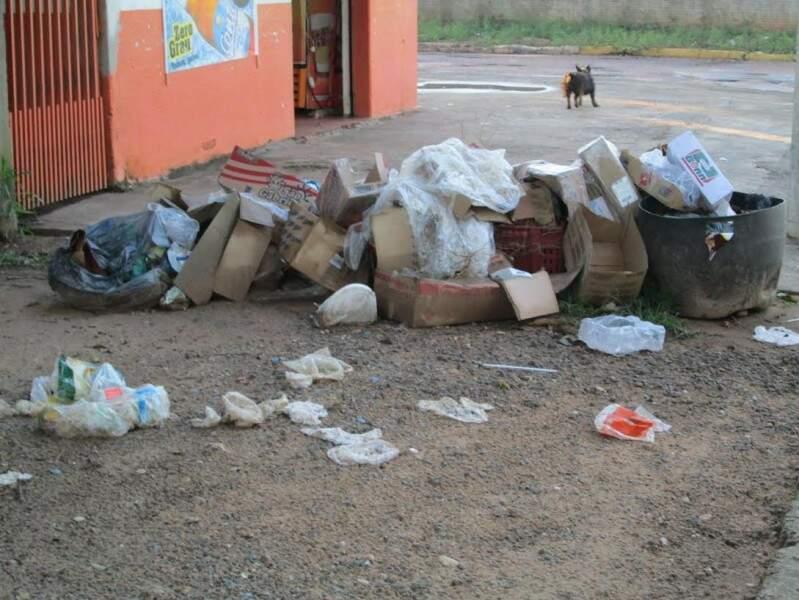 O volume do lixo é tão grande que chega a estar espalhado pelas ruas da cidade