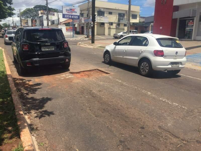 Buracos ficaram abertos na manhã de hoje na Mato Grosso. (Foto: Yarima Mecchi)