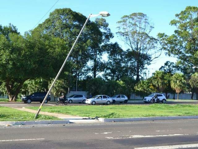 Trecho onde ocorreu o acidente com morte envolvendo dois veículos. Até o pose de iluminação foi atingido (Foto: Marcus Moura)