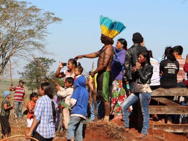 Índios que desde junho ocupam a fazenda Yvu, em Caarapó (Foto: Helio de Freitas/Arquivo)