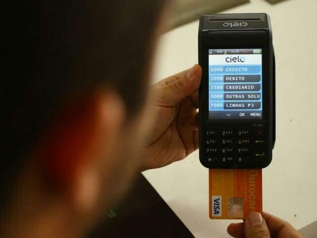 Cartão de crédito e a 'maquininha'; juros rotativos batem recorde (Foto: André Bittar)