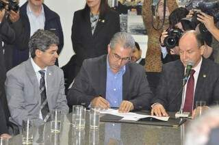 Governador entregou o projeto no último dia  17 aos deputados.  (Foto: Marcelo Calzans)