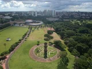 Imagem aérea do Parque das Nações Indígenas. Ao fundo (à esquerda), o Aquário do Pantanal, em Campo Grande. (Foto: Luiz Diniz).