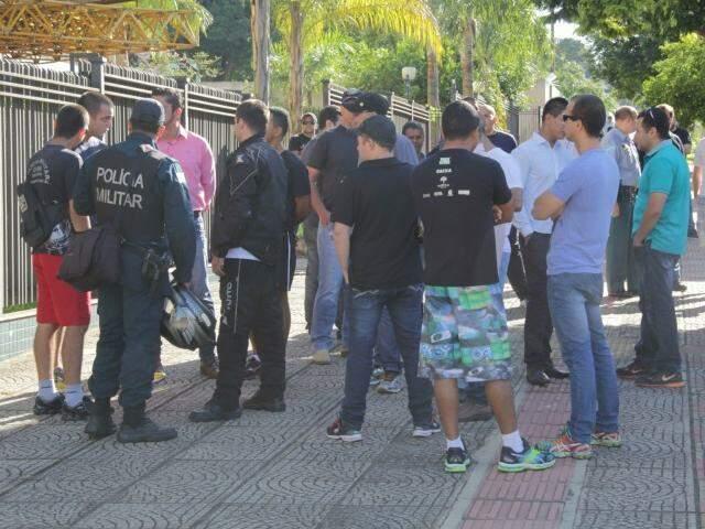 Na época em que crime foi denunciado, colegas protestaram contra prisão de policiais em frente ao Fórum. (Foto: Marcos Ermínio/ Arquivo)