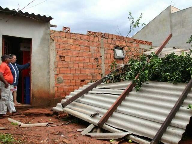 Na região do Jardim Tijuca, casas foram destelhadas e ficaram parcialmente destruídas (Foto: Marcos Ermínio)
