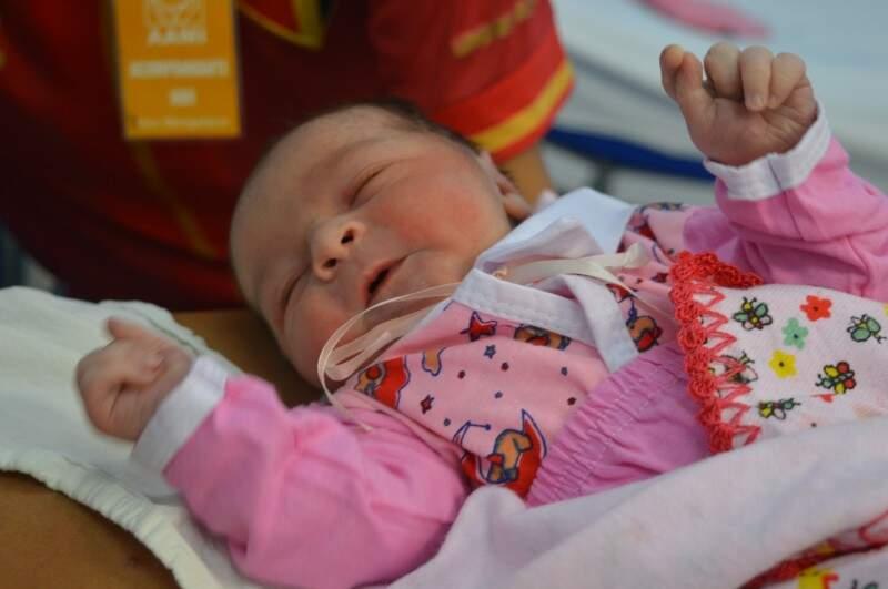 Nem parece que Lara Gabrielly nasceu logo depois da virada, com 51cm e 3,5kg na maternidade Cândido Mariano. (Fotos: Paula Maciulevicius)