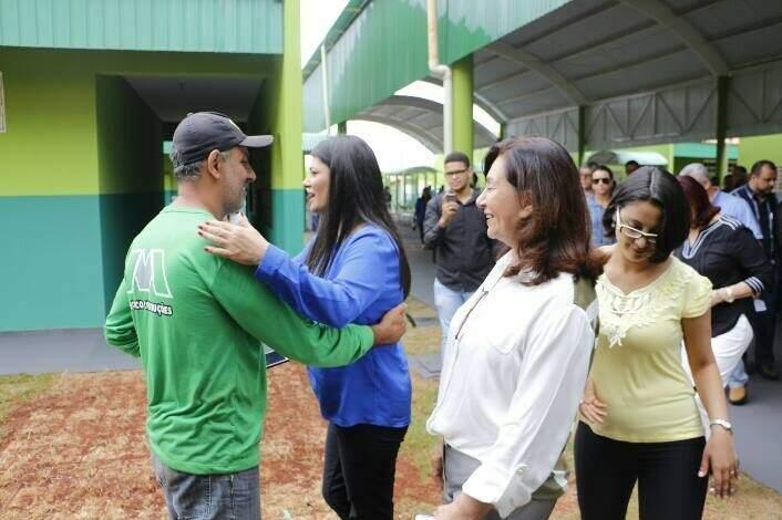 Equipe visitou escola que será de tempo integral nesta manhã. (Foto: Helio de Freitas)