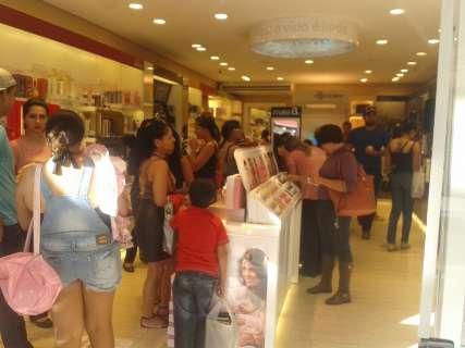 Consumidores lotam lojas do Centro, mas vendas frustram comerciantes