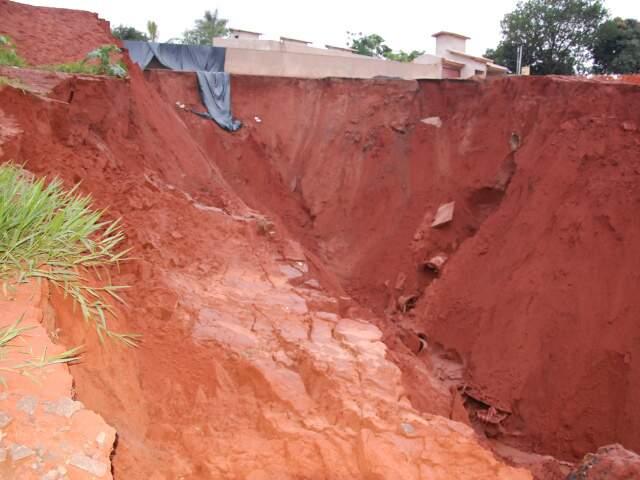 No dia 30 de outubro do ano passado, uma chuva de 45 milímetros fez com que o processo erosivo avançasse, derrubando postes da rede de energia e provocando a interdição da rua Marques de Herval.