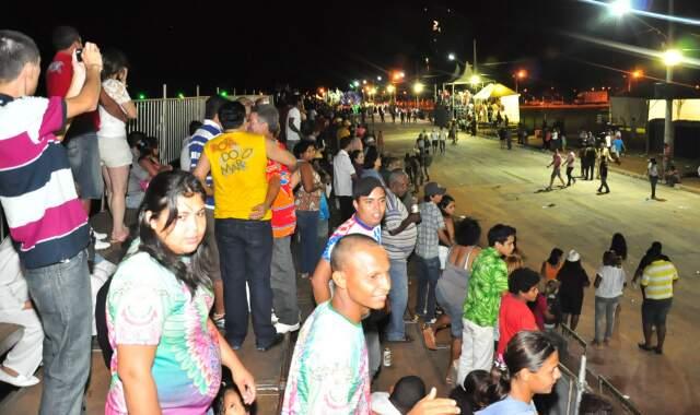 Público acompanha desfile.Ao todo são 11 escolas que disputam a primeira colocação, vencedora sai amanhã. (Foto: João Garrigó)