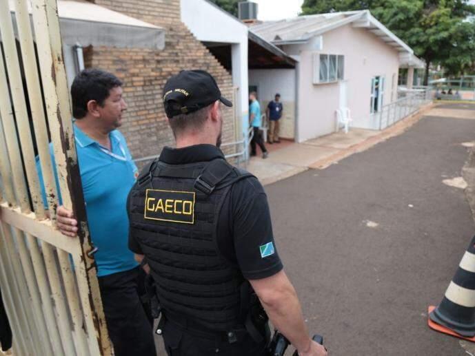Agente do Gaeco entrando na Seleta, no dia 13 de dezembro, quando foi realizada busca e apreensão (Foto: Fernando Antunes/Arquivo)