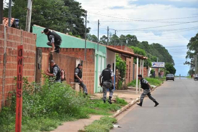 Policiais buscavam um fugitivo e arma que seria usada no crime. (Foto: João Garrigó)