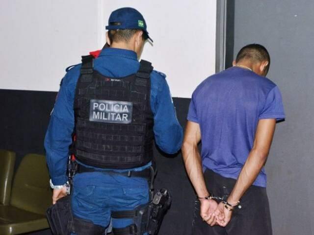 Jovem de 22 anos foi preso traficando crack em praça (Foto: Sergio Melucci/Rádio Portal News)