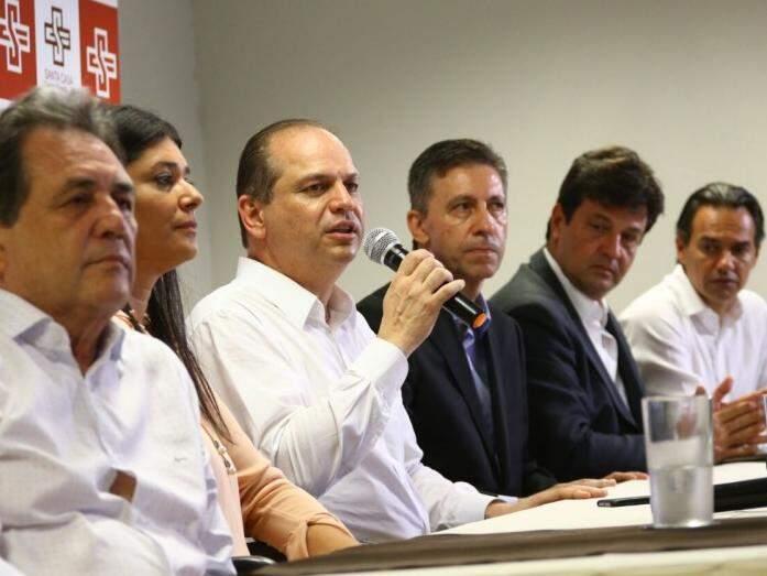 Ricardo Barros deu breve entrevista depois de visitar hospital (Foto: André Bittar)
