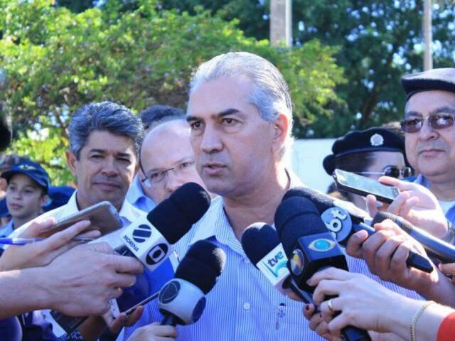 Governador falou sobre o Refis durante agenda em bairro de Campo Grande (Foto: Marina Pacheco)