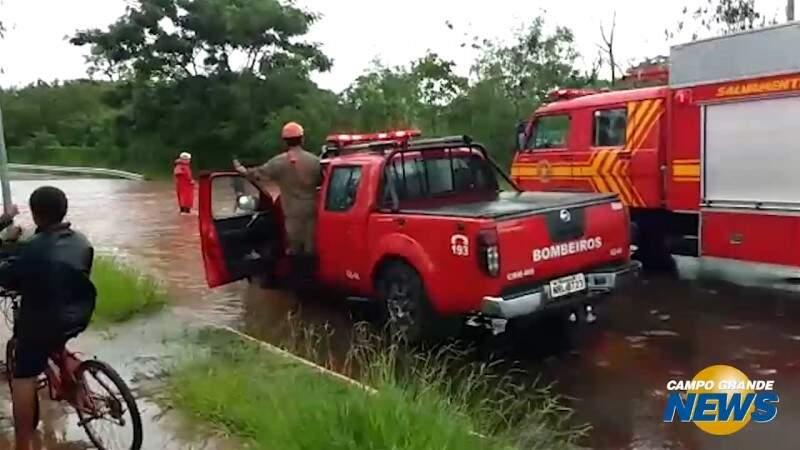 Bombeiros fazem buscas por menino que sumiu após chuva
