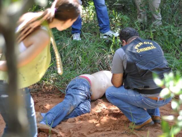 Ele foi morto a pauladas e também havia marcas de pneu próximo ao pescoço.(Foto: Marlon Ganassin)