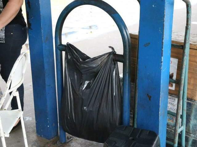 Falta lixeira no Terminal Morenão. (Foto: Marcos Ermínio)