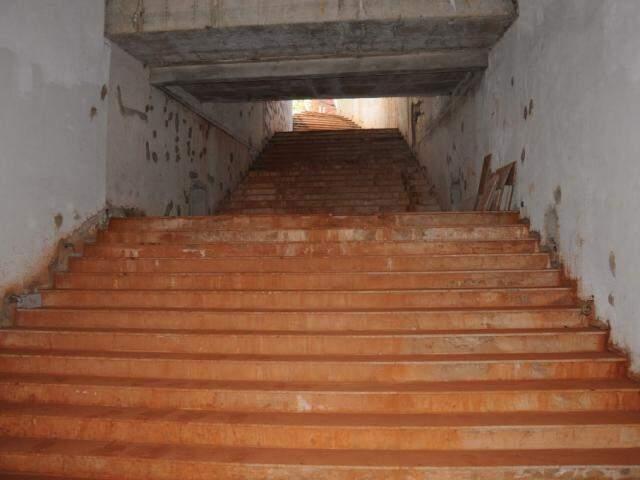 Escadaria que dá acesso à entrada do Aquário do Pantanal; paredes e escadas no reboco. (Foto: Paulo Francis).