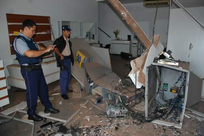Caixa eletrônico ficou destruído. (Foto: Fernando da Mata)
