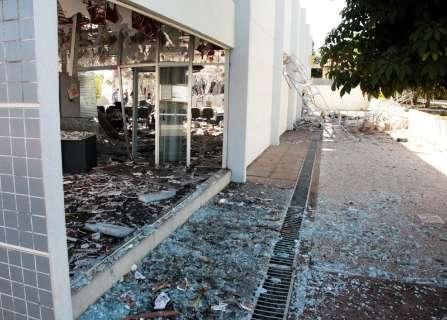 Tiros de fuzil durante assalto que explodiu banco atingiram até prefeitura