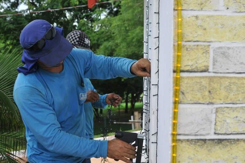 Funcionário trabalha colocando as luzes (Foto: Alcides Neto)