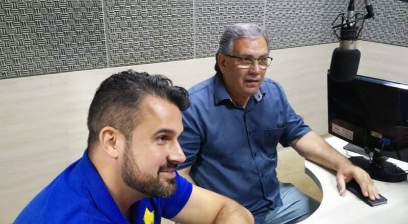 Orlando Arnoud com o presidente do Operário, Estevão Petrallás, durante entrevista de rádio para promover o jogo (Foto: Divulgação)