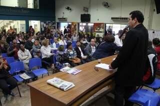 Representantes da Fetems explicam proposta do TJ a professores. (Foto:Marcos Ermínio)