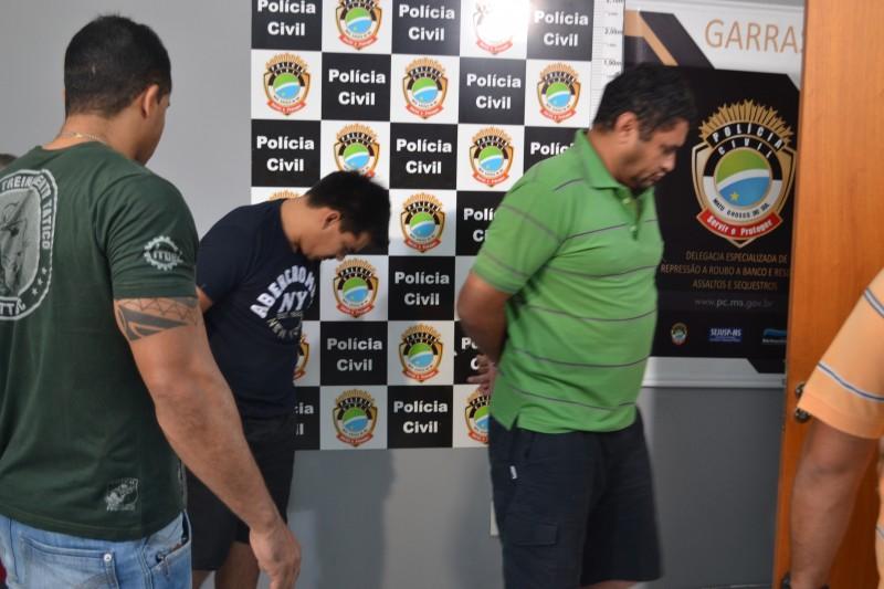 Preso, de camiseta verde, entregou documento falso e terá agravante na pena (Foto: Graziela Rezende)