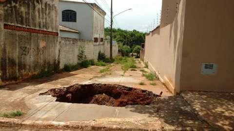 Preocupados com cratera, moradores temem até sair de casa