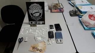 Porções de cocaína, celulares e munições foram apreendidas (Foto: Divulgação)