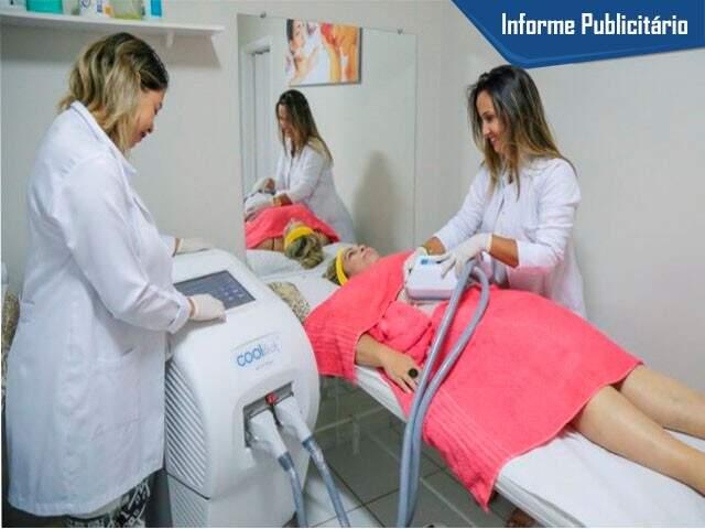 Paciente recebendo tratamento Dra. Mariah Leite, que ficou fascinada pelos resultados do tratamento ortomolecular, associado a criolipólise de 3ª geração.