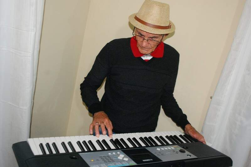 Há um ano, Pedro resolveu aprender a tocar teclado. (Foto: Fernando Antunes)