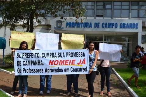 Depois dos guardas, professores acampam e exigem convocação