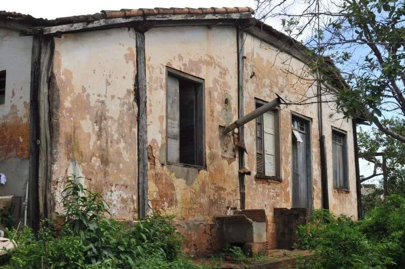Fachada da casa vista de avenida movimentada é esta, de muita história e assombração. (Foto: Alcides Neto)