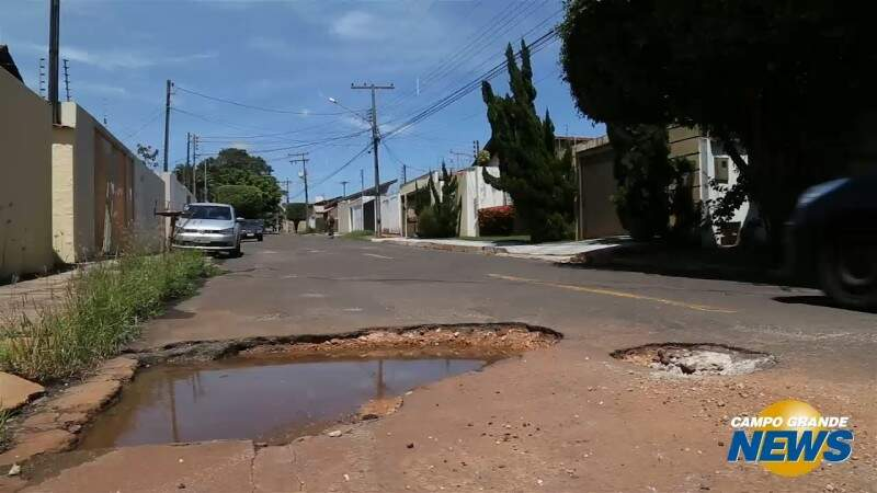 Rua usada para cortar caminho tem 1 km e 20 buracos