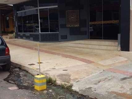 Vazamento de esgoto incomoda moradores na rua José Antônio