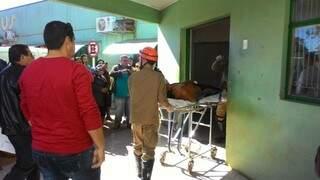 Índio ferido em confronto com fazendeiros chega ao hospital de Caarapó (Foto: Alô Caarapó)
