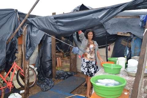 Chuva alaga barracos e moradores encaram atoleiro em nova favela