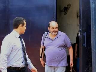 Micherd Jafar (de camiseta), ao deixar prisão (Foto: André Bittar/Arquivo)
