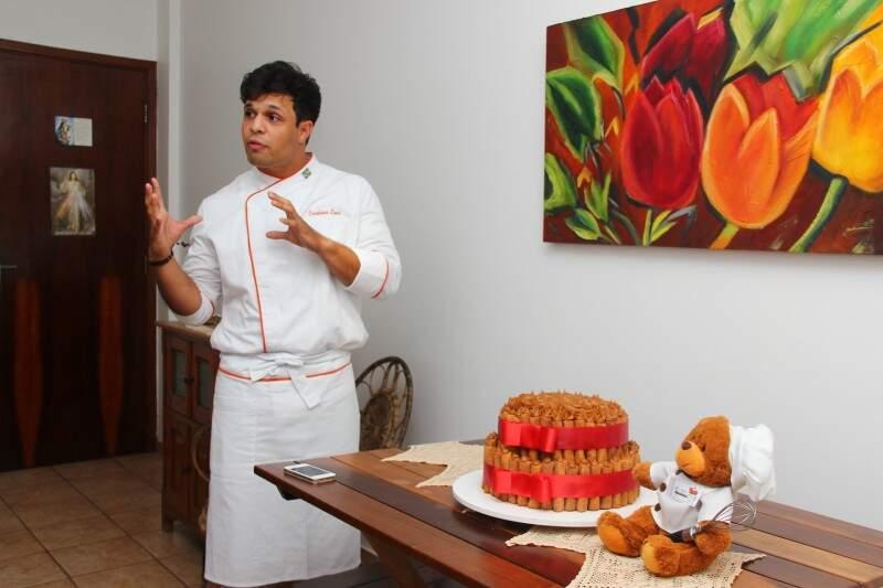 No braço direito, um terço o acompanha e se destaca enquanto ele descreve os ingredientes. (Foto: Fernando Antunes)