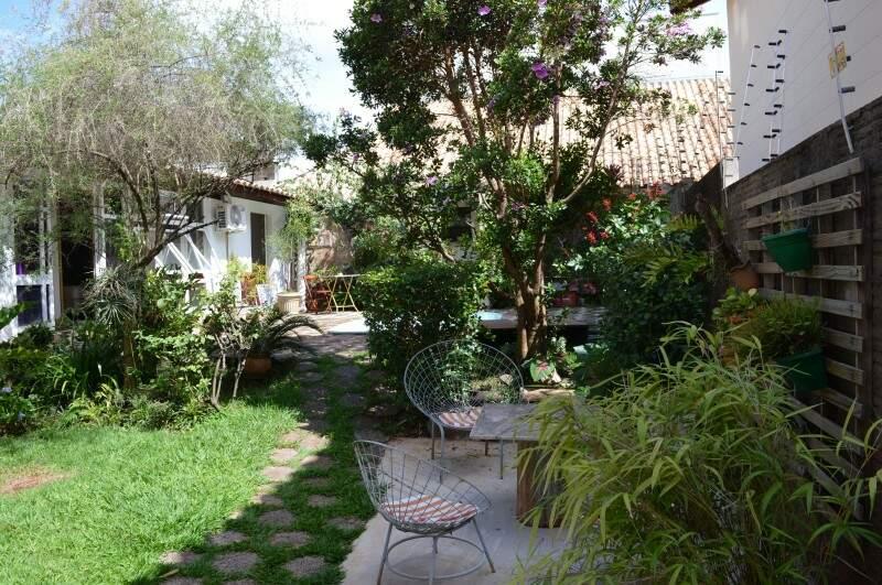 Jardim traz calma para os hóspedes do Hauzz Hostel (Foto: Naiane Mesquita)
