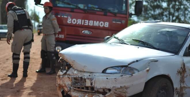 De acordo com os bombeiros, veículo bateu em barranco e tombou; condutor teve ferimentos leves. (Foto: Marlon Ganassin)