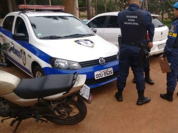 A moto foi abandonada quatro dias depois de ter sido roubada. (Foto: Divulgação Guarda Municipal)